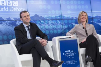 Emmanuel Macron gazdasági miniszterként a Világgazdasági Fórumon Federica Mogherinivel, az európai uniós külügyi és biztonságpolitikai főképviselővel
